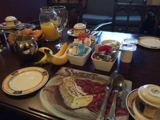 Ennis, Ireland: コンチネンタルブレックファスト。パンやらヨーグルトやらシリアルなどなど。