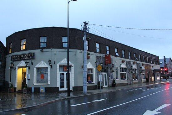 Ennis, Ierland: 角にあるホテル。客室は2階部分です。