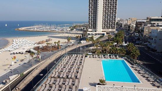 Sheraton Tel Aviv: Zwembad en strand van kamer noordzijde