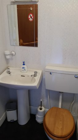 The Blue Peter Hotel: Small en-suite for each room spotless clean includes shower