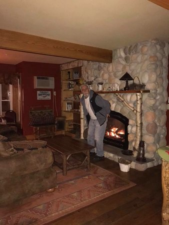 Woodstock, Nueva Hampshire: My husband warming his buns in the common room!