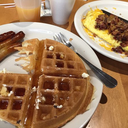 Hawthorn Suites by Wyndham Champaign: Waffle and sausage links from buffet. Bacon and cheese omelette! The Cook needs his own Tip Jar
