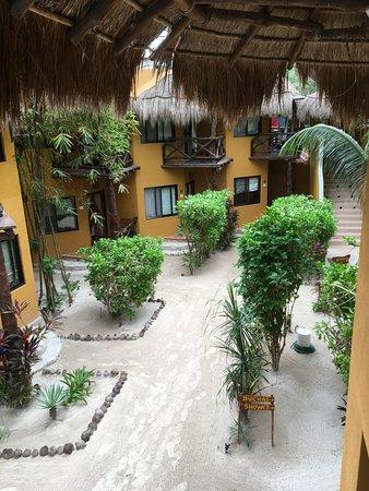 Holbox Dream Hotel by Xperience Hotels: Blumenbeete eingefasst mit Kokosnüssen