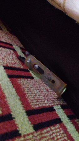 La Quinta Inn & Suites St. Petersburg Northeast: Morceau de lit, par terre et détaché sous le lit.
