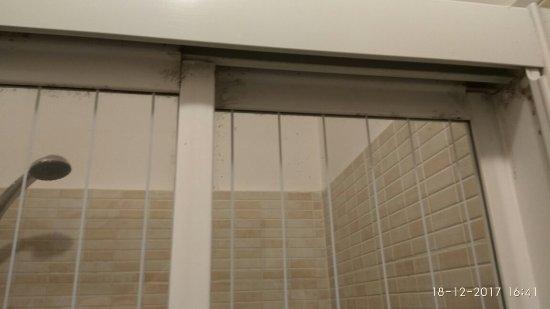 Mosaic Hostel: Y no era lo peor. Insufrible el olor del baño que se extendía a la habitación, pese a tener la p