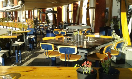 Olymbion: Τα τραπέζια στο εξωτερικό του μαγαζιού .