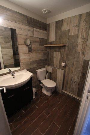 Hostellerie de la Vieille Ferme : Salle de bain WC avec carrelage imitant le bois.