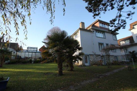 Hostellerie de la Vieille Ferme : Pavillon 6 avec le spa à gauche (jacuzzi).