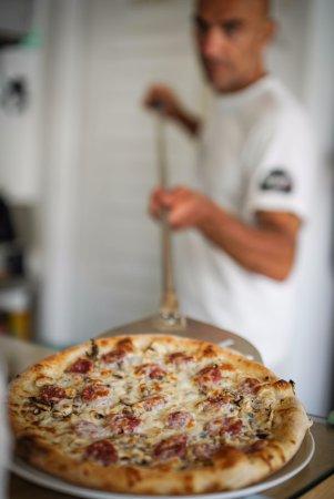 Mascalzone Latino Pizza Studio: la pizza e servita