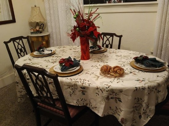 Keepsake Kottage Bed And Breakfast: Dining Room With Ginormous Homemade  Cinnamon Rolls