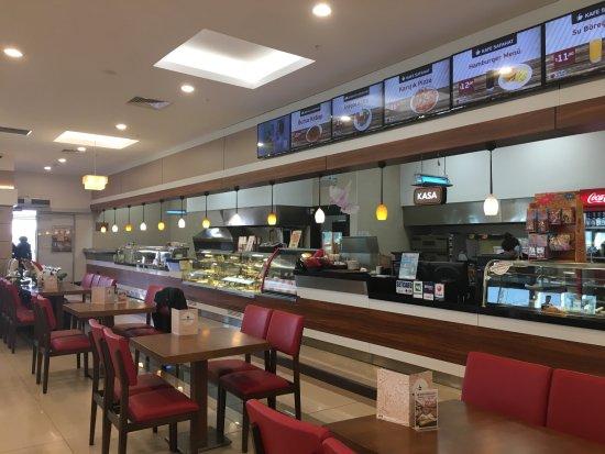 Turgutlu, Tyrkia: Kafe Safahat hem zengin açık büfesi hem de hamur işleriyle kahvaltı severleri memnun ediyor.