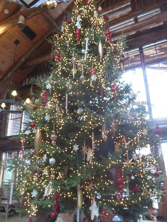 The Whiteface Lodge: Christmas tree in Kanu Lodge