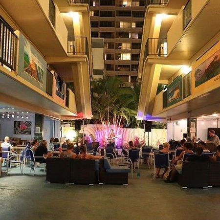 Waikiki Beachside Hostel: Live entertainment!