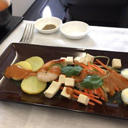 Garuda Indonesia: 가루다 인도네시아 서울출발~ 자카르타 음식 맛있어요 다만 비즈니스클라스였는데 한국직원 서비스가 너무 형식적이였어요. 웃지도 않고 .... 일반석을 타도 그것보다는 친절할것