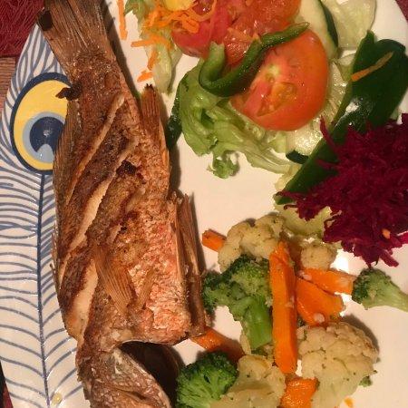 Sharks Beach Bar El Yaque: Pargo frito con ensalada mixta y vegetales