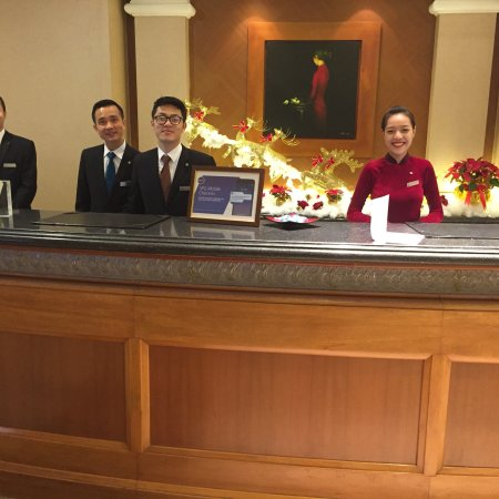 Sheraton Hanoi Hotel: The entrance to the hotel and front desk staff.