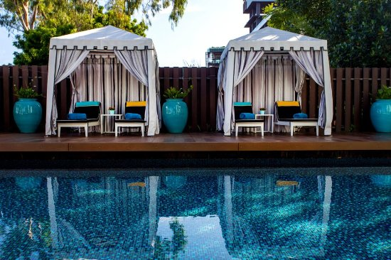 Wave Hotel: Cabanas at the pool