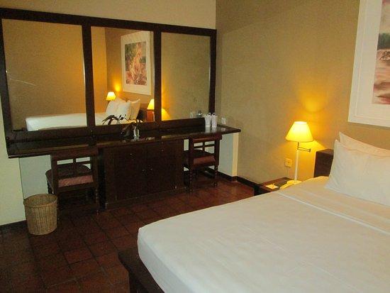 Club Palm Bay Hotel: Ablageschrank mit Sitzmöglichkeit