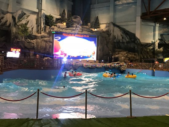 Changbai County, Κίνα: This indoor water park is within the ski village by the Hyatt. We had free passes with our hotel