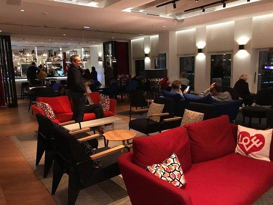 16 th floor lounge bar picture of citizenm paris gare de lyon paris tripadvisor. Black Bedroom Furniture Sets. Home Design Ideas