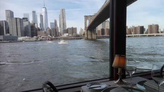 The River Cafe: The view on the Brooklyn Bridge and Manhattan from our table at the River Café