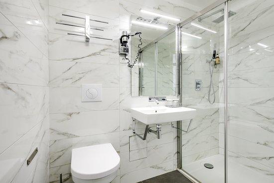 salle de bain chambre triple 2 lits - Picture of Hotel Opera ...