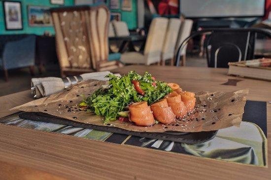 Restaurant Bar Dali: Салат с сёмгой