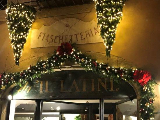 Restaurante Il Latini: Insegna sotto Natale