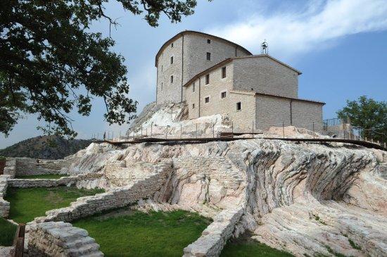 Cagli, İtalya: Castello di Naro su zona archeologica