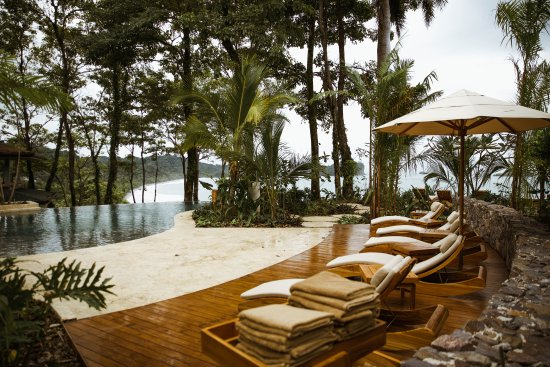 Arenas del Mar Beachfront & Rainforest Resort: Mirador Infinity Pool Lounge Area