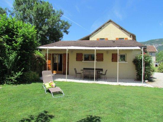 Jardin privatif et terrasse couverte quip e de mobilier for Mobilier jardin terrasse