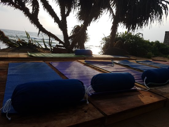 Pitiwella, Sri Lanka: Yoga right on he beach