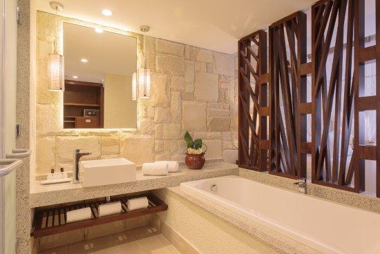 Porto de Galinhas Praia Hotel: O banheiro das Suites Masters possui um grande painel de espelho