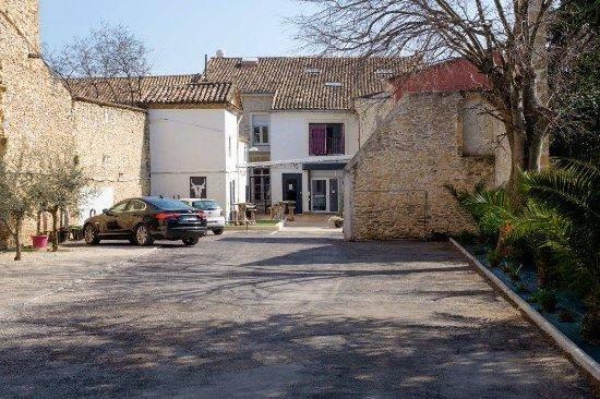 Uchaud, Γαλλία: Parking gratuit et sécurisé