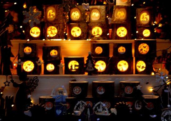 sch ne aus holz geschnitzte leuchten bild von biergarten am chinesischen turm m nchen. Black Bedroom Furniture Sets. Home Design Ideas