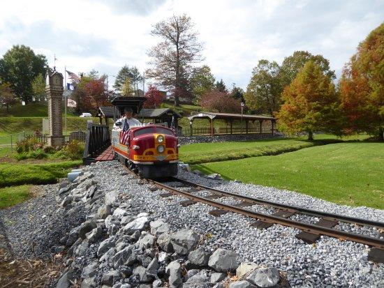 Staunton, Βιρτζίνια: Beautifully restored miniature train and railway.