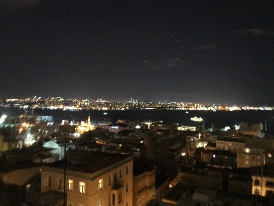 Georges Hotel Galata: Vista nocturna parcial desde el balcón de la habitacion 19
