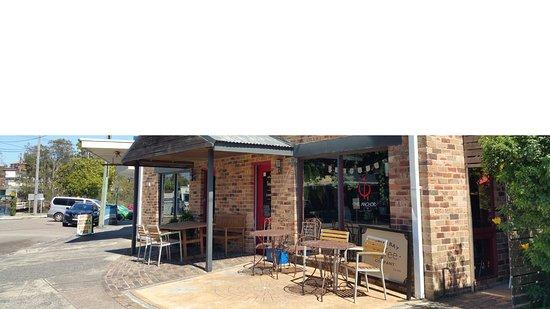 Budgewoi, Αυστραλία: Exterior of corner restaurant.