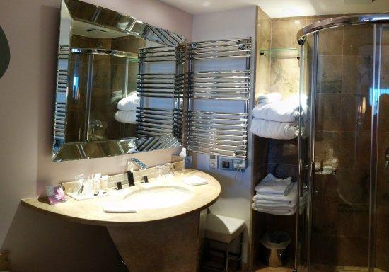 Salle de bain complète mais un peu petite - Bild von Hotel L\'Ile de ...