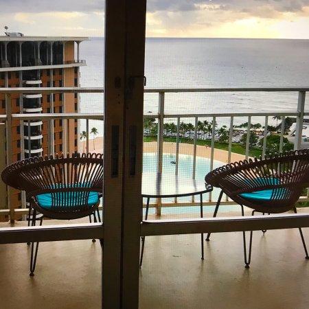 Ilikai Hotel & Luxury Suites: Balcony room with views of the beach, bay, and marina.