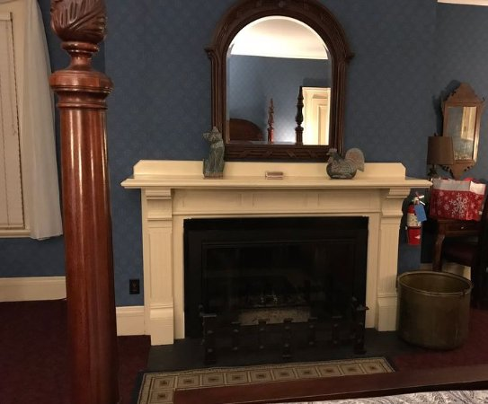 The Stonehurst Manor: Fireplace - but one duraflame log at a time. Ambience-not heat.