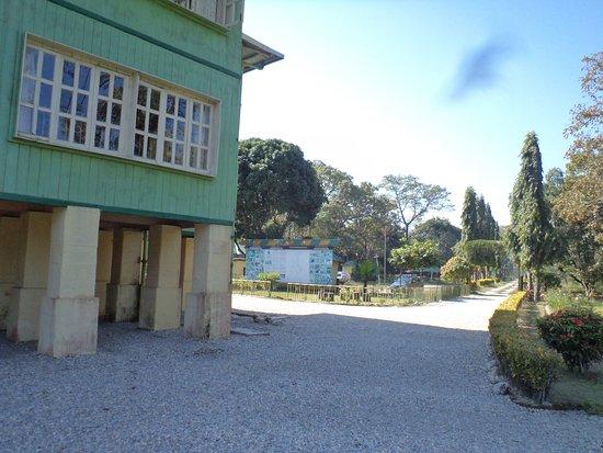Resort Mayur: Elevated tourist lodge at Holong.