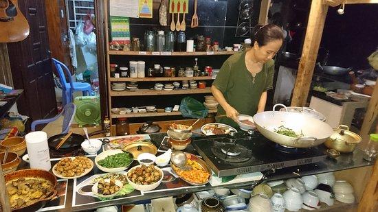 Thuc Duong Bao An: 店内。奥のカウンターで調理するオーナーさん(奥さん)