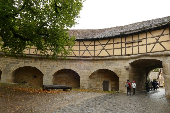 Rödertor: Walkway above the gate and wall
