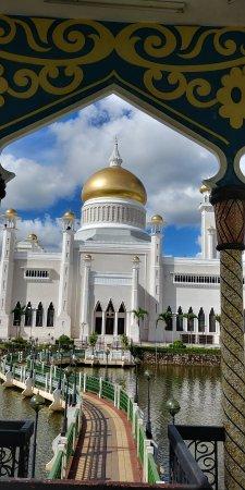 Sultan Omar Ali Saifuddin Mosque Interior