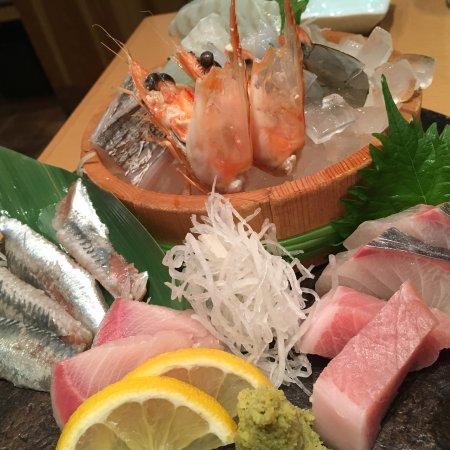 Hakata Ryoke Isogai Osaka Umeda: 魚の美味しいお店です。 お昼はお得なランチの他に昼から飲めるよう一品料理も多数あります。 悲しいかな少し狭いです。