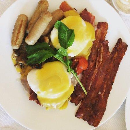 Conrad Manila: Breakfast at Brassiere on 3