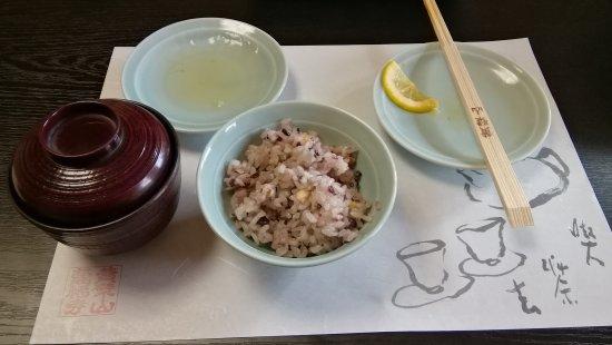 Obakusan Manpuku - ji Temple: ご飯と吸い物 中に揚げた梅干し