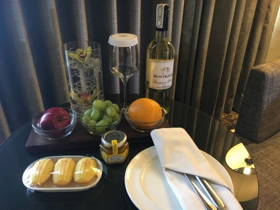 Sofitel Philippine Plaza Manila: Complimentary fruits, pastries and wine