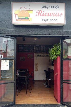 Ricuras Fast Food Peruanas: Exterior